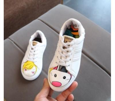 Кроссовки с разным рисунком