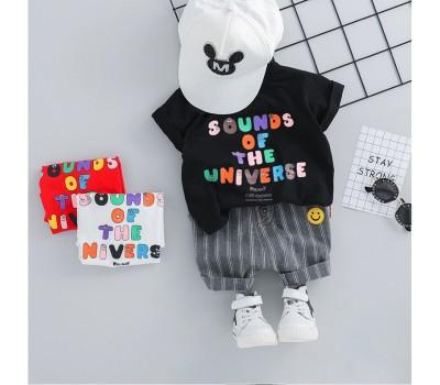 Яркий стильный костюм, футболка с разноцветной надписью и полосатые шорты